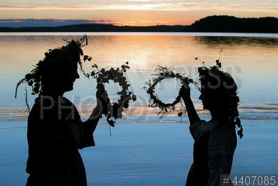 4407085 / Праздник Ивана Купала. Празднование дня Ивана Купалы. Девушки с венками на берегу озера.