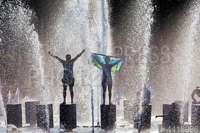 4418998 / День ВДВ. День Воздушно-десантных войск (ВДВ). Бывшие десантники с флагом ВДВ в фонтане.
