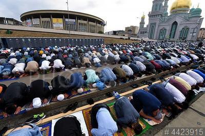 4423915 / Праздник `Курбан-байрам`. Мусульманский праздник жертвоприношения `Курбан-Байрам`. Мусульмане совершают намаз у Московской соборной мечети.