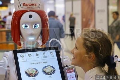 4430049 / Робот-кассир `Маруся`. Первый рабочий день робота-кассира `Маруся`, принадлежащего сети ресторанов `Теремок`.