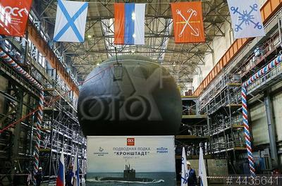 4435641 / Подводная лодка `Кронштадт`. Судостроительный завод `Адмиралтейские верфи` Объединенной судостроительной корпорации. Церемония спуска на воду дизель-электрической подводной лодки проекта 677 `Кронштадт`.