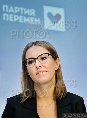 4436434 / Ксения Собчак. Политик, один из лидеров `Партии перемен` Ксения Собчак на встрече с единомышленниками.