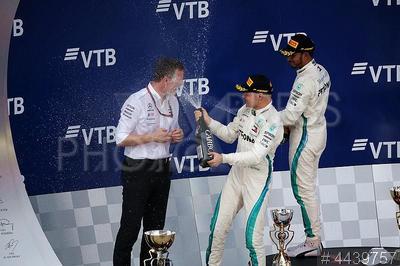 4439757 / Эллисон, Боттас и Хэмильтон. Российский этап чемпионата мира по кольцевым автогонкам в классе `Формула-1`. Финальный день. Церемония награждения. Технический директор Mercedes AMG F1 Джеймс Эллисон, пилот команды Mercedes AMG Petronas Formula 1 Team Валттери Боттас, занявший второе место и пилот команды Mercedes Льюис Хэмильтон, занявший первое место (слева направо).