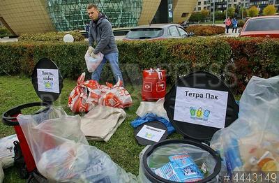4443149 / Акция `РазДельный Сбор`. Экологическая акция по раздельному сбору мусора. Люди разбирают мусор.