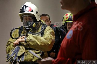 4456130 / Соревнования пожарных. III Открытые международные соревнования среди пожарных и спасателей `Вертикальный вызов`. Пожарные на старте в бизнес-центре `Лидер-Тауэр`.