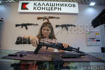 4463445 / Магазин концерна `Калашников`. Фирменный магазин концерна `Калашников` в Москве. Девушка разбирает автомат Калашникова.