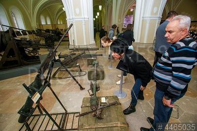 4465035 / Выставка вооружения террористов. Выставка вооружения, изъятого у террористов в Сирийской Арабской Республике. Посетители рассматривают экспонаты.