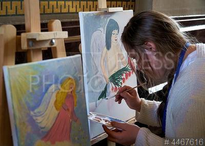 4467616 / Акция `Крылья ангела`. Всероссийская акция `Крылья ангела`, посвященная Дню матери. Девочка рисует ангела.