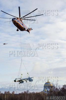 4468633 / Транспортировка истребителя. Вертолет Ми-26 перевозит с аэродрома `Пушкин` пятнадцатитонный истребитель Су-27 в создаваемый в Кронштадте военно-исторический парк Западного военного округа.