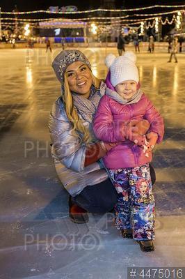 4475016 / Корнелия Манго. Открытие ГУМ-Катка на Красной площади. Певица Корнелия Манго с дочерью.