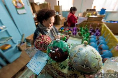 4475283 / Фабрика игрушек `Бирюсинка`. Красноярская фабрика игрушек `Бирюсинка`. Производство стеклянных елочных украшений. Роспись стеклянных елочных шаров.