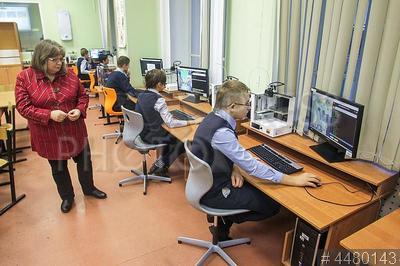 4480143 / `Урок цифры`. Президентский физико-математический лицей №239. `Урок цифры`. Ученики за компьютерами и учитель.