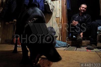 4481303 / Мужчина с собакой. Село Горятино. Мужчина с собакой дома.