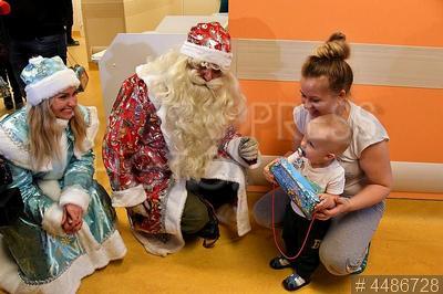 4486728 / Дед Мороз и Снегурочка в больнице. Морозовская детская городская клиническая больница. Спасатели МЧС переоделись в новогодние костюмы, чтобы поздравить болеющих детей с праздником.