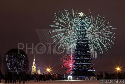4487423 / Новогодний фейерверк. Празднование Нового года. Народные гуляния в новогоднюю ночь. Праздничный фейерверк.