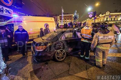 4487439 / ДТП. Дорожно-транспортное происшествие на Невском проспекте. Автомобиль Mercedes, вылетевший в результате ДТП на тротуар, сбил шестерых пешеходов.