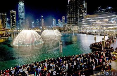 4487515 / Музыкальный фонтан `Дубай`. Музыкальный фонтан `Дубай` и Торгово-развлекательный центр `The Dubai Mall`.