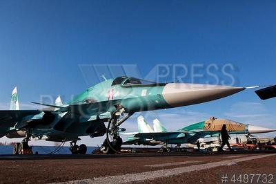 4487732 / Военные учения. Центральный военный округ. Аэродром Шагол. Плановые учебные полеты новых многофункциональных истребителей-бомбардировщиков Су-34 (по кодификации НАТО: Fullback — `Защитник`) на бомбометание и воздушную разведку.