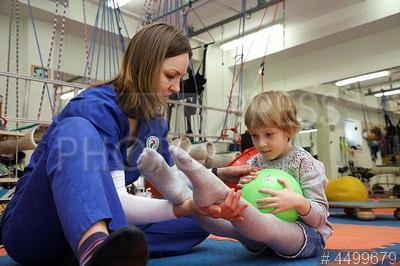 4499679 / Центр реабилитации ребенка. Клиника благотворительного фонда `Центр реабилитации ребенка`. Ребенок на сеансе ЛФК.