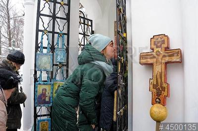4500135 / День памяти Ксении Блаженной. День памяти святой Ксении Блаженной Петербургской. Верующие молятся у часовни Ксении Блаженной.