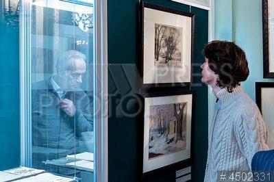 4502331 / Выставка `А.Г. Габричевский`. Выставка `А.Г. Габричевский. Государственная Академия Художественных Наук. 1921–1929`. Посетители рассматривают экспонаты.