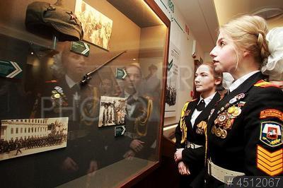 4512067 / Кадеты. Открытие Музея истории военной комендатуры Москвы. Девушки кадеты знакомятся с экспозицией музея.