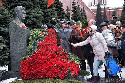 4515081 / Годовщина смерти Иосифа Сталина. 66-я годовщины со дня его смерти Иосифа Сталина. Красная площадь. Участники церемонии возложения цветов к его могиле у Кремлевской стены.