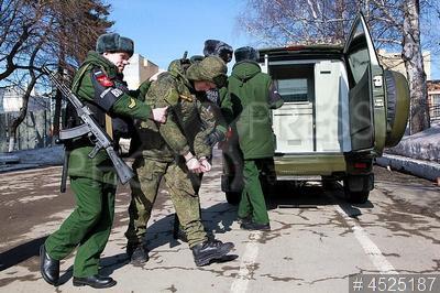 4525187 / Военная полиция. Центральный военный округ. Военная полиция отрабатывает действия по конвоированию военнослужащего на заседание военного суда.