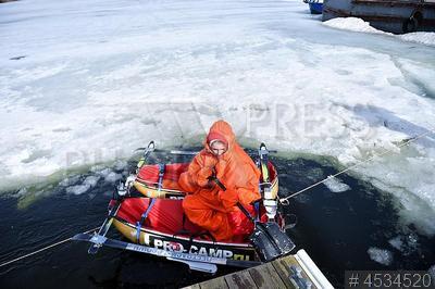 4534520 / Юные полярники. Строгинский затон. Юные полярники участники Большой арктической экспедиции отрабатывают навыки преодоления водных препятствий на поисково-спасательной станции `Строгино` перед поездкой в Арктику.
