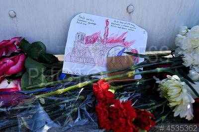 4535362 / Пожар в соборе Парижской Богоматери. Цветы у посольства Франции в связи с пожаром в соборе Парижской Богоматери.