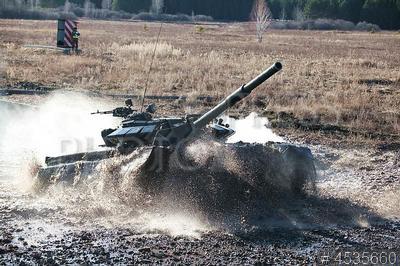 4535660 / Танковый биатлон. Центральный военный округ. Чебаркульский полигон. Окружной этап соревнований по танковому биатлону на танках Т-72Б3. Преодоление водный преграды.