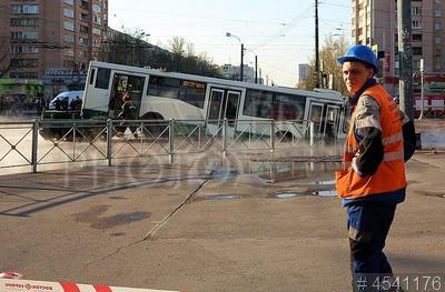 4541176 / Авария на теплотрассе. Прорыв трубы теплотрассы на проезжей части улицы на перекрестке Будапештской и улицы Димитрова во Фрунзенском районе. Автобус с пассажирами провалился в яму с кипятком.