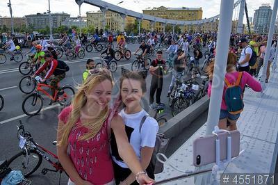 4551871 / Московский велофестиваль. Первый весенний московский велофестиваль. Велосипедисты делают селфи на Крымском мосту.