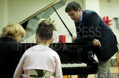 4619788 / Мысин, Корзун и Мацуев. Школа №1234. Акция `Уроки музыки`. Юные музыканты Елисей Мысин, Агафья Корзун и пианист Денис Мацуев.