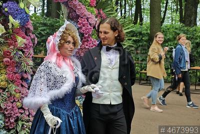 4673993 / Фестиваль `Летний сад 315`. Фестиваль `Летний сад 315`. Аниматоры в исторических костюмах гуляют по аллеям Летнего сада.