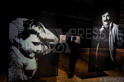 4699823 / Выставка `Свободный полет`. Выставка `Свободный полет`, посвященная творчеству режиссера Андрея Тарковского и художников-нонконформистов. Посетитель рассматривает экспонаты.