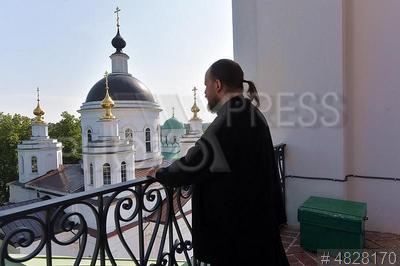 4828170 / Священник. Николо-Берлюковский мужской монастырь. Священник на колокольне. Храм Христа Спасителя.
