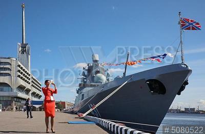 5080522 / Фрегат `Адмирал флота Касатонов`. 9-й Международный военно-морской салон (МВМС 2019). Открытая экспозиция. Фрегат `Адмирал флота Касатонов` и девушка на причале.