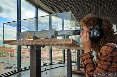 5081802 / Девушка у телескопа. Международный Летний фестиваль искусств `Точка доступа`. Проект голландского художника Дрис Верхувена `Прощай! / Fare Thee Well!` в постановке Studio Dries Verhoeven. Девушка смотрит в телескоп.