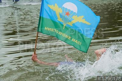 5296178 / День ВДВ. День Воздушно-десантных войск (ВДВ). Десантник с флагом ВДВ `Никто, кроме нас!` в фонтане.