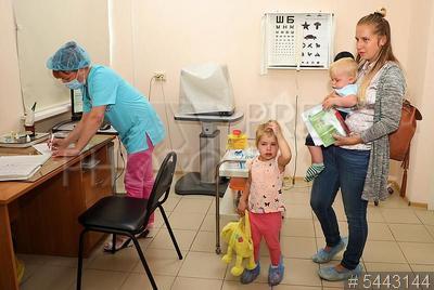 5443144 / Детская поликлиника. `бережливые` технологии. Городская поликлиника №8. Детское поликлиническое отделение №58. Женщина с детьми на приеме у врача окулиста.