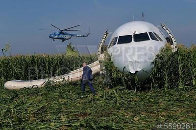 5590261 / Аварийная посадка самолета. Район аэропорта Жуковский. Аварийная посадка самолета Airbus A-321 авиакомпании `Уральские авиалинии` после отказа двигателей при взлете.