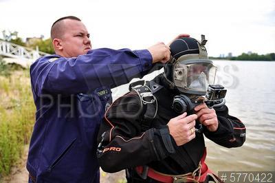 5770422 / Водолаз. Тренировка сотрудников Московской спасательной службы на водных объектах. Водолаз.