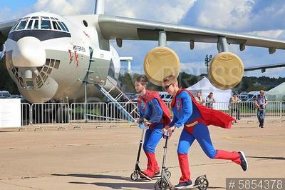 5854378 / Самолет Ил-96. 14-й Международный авиационно-космический салон `МАКС-2019`. Студенты МАИ в костюмах суперменов и самолет Ил-78М-90А.