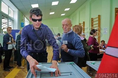 5942514 / Выборы. Единый день голосования. Избиратели на избирательном участке.