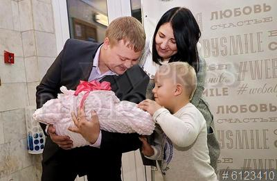 6123410 / Выписка из роддома. Военно-медицинская академия (ВМА). Родильный дом. Выписка из роддома. Семья с новорожденным.