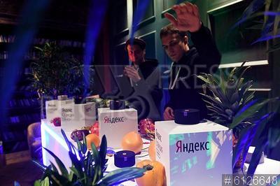 6126648 / `Яндекс.Станция Мини`. Пресс-конференция, посвященная презентации новой модели умной колонки `Яндекс.Станция Мини` с голосовым помощником `Алиса` в компании `Яндекс`.