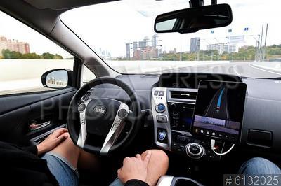 6132025 / Беспилотный автомобиль `Яндекс`. Мужчина в беспилотном автомобиле `Яндекс`.