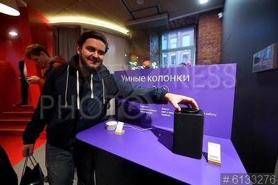 6133276 / `Яндекс.Станция Мини`. Фирменный магазин компании `Яндекс`. Покупатели новой модели умной колонки `Яндекс.Станция Мини` с голосовым помощником `Алиса`.
