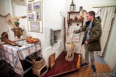 6136250 / Музей Янки Купалы. Печищи. Музей Янки Купалы. Посетитель рассматривает предметы быта жителей села.
